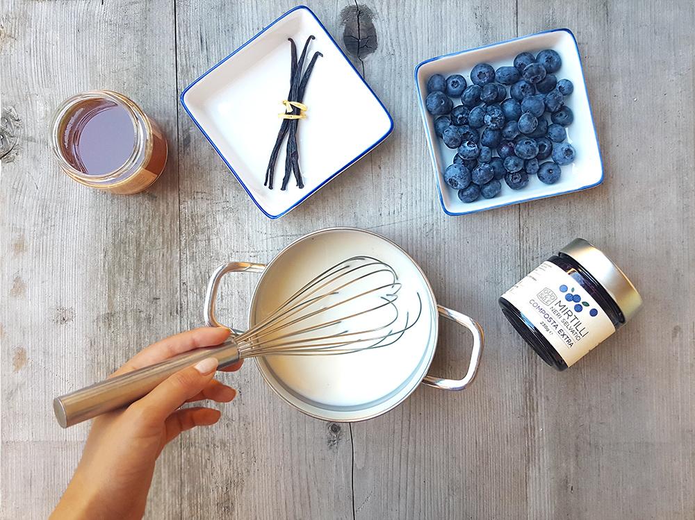 Panna-cotta-allo-yogurt-con-confettura-di-mirtilli-selvatici-01
