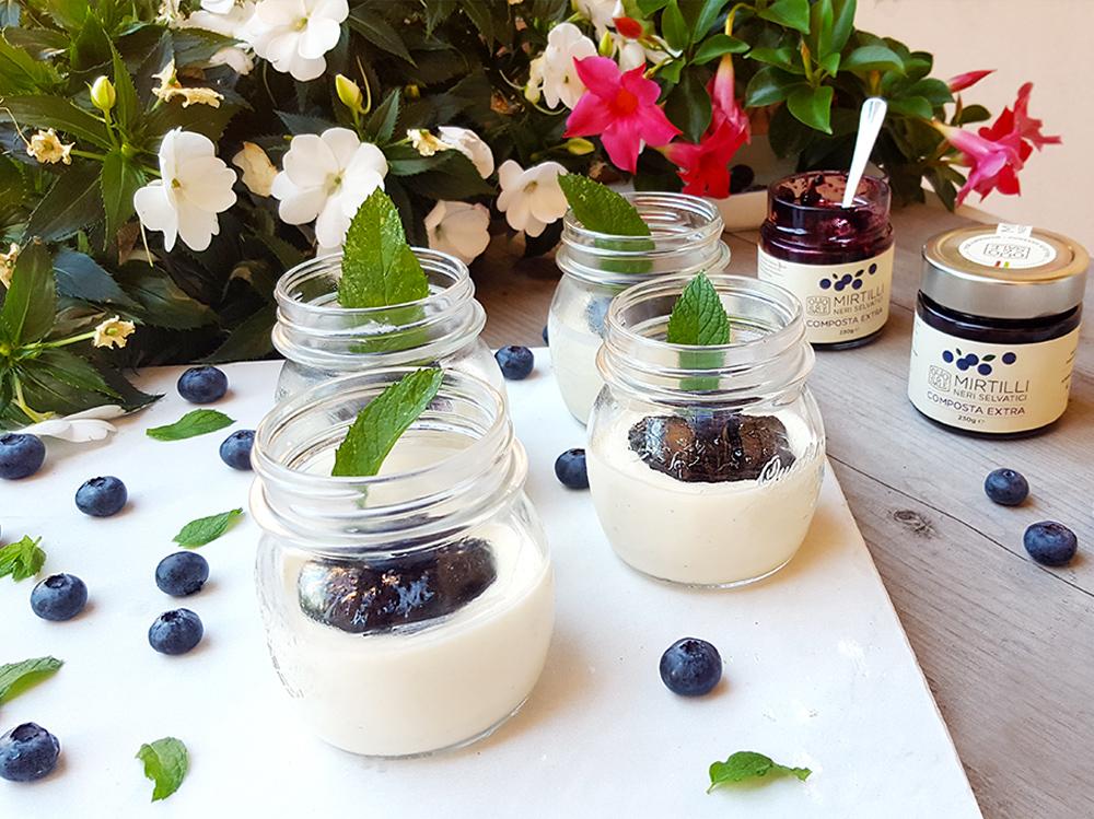 Panna-cotta-allo-yogurt-con-confettura-di-mirtilli-selvatici-02