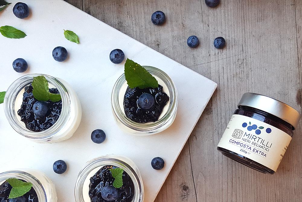 Panna-cotta-allo-yogurt-con-confettura-di-mirtilli-selvatici-03